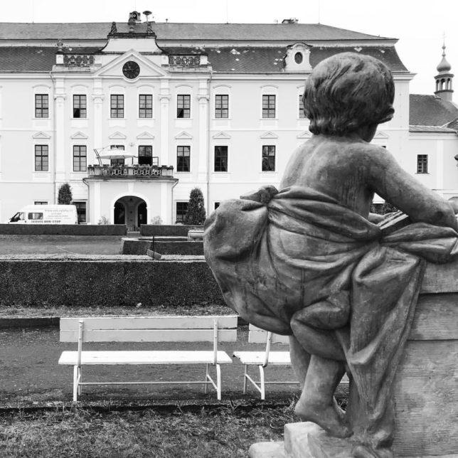 #nazamku #zamek #lysanadlabem #zameklysanadlabem #dnescestujem #zameckazahrada #socha #vyletuju #poznavamcesko #chateau #castlelysanadlabem #schloss #statue #blackandwhite #blackandwhitephotography #instadaily #visitczechrepublic (@leaponcova)